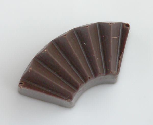 ゴンチャロフ 粋楽 雪しろに入っている扇形のビターチョコレート