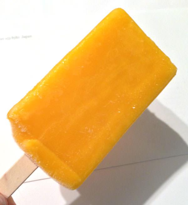 セブンイレブン まるでマンゴーを冷凍したような食感のアイスバー 袋から出したところ