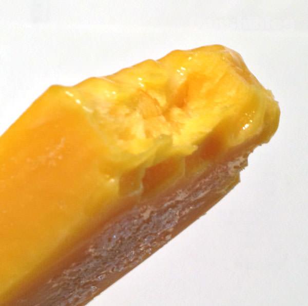 セブンイレブン まるでマンゴーを冷凍したような食感のアイスバー 断面図