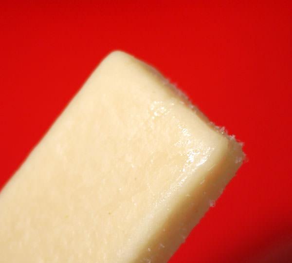 セブンイレブン まるで白桃を冷凍したような食感のアイスバー 別角度