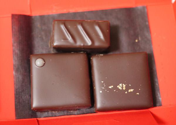 お土産には、イルサンジェーのチョコレートが3つ入っています