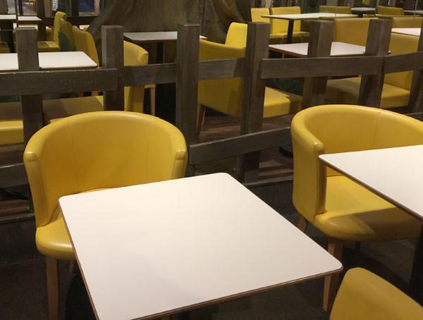 自由が丘スイーツフォレスト内には、お店の近くに椅子とテーブルがおいてあります