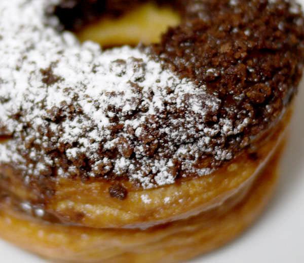 アンジェリークNY クロワッサンドーナツ クリスピーチョコレートの表面にはサクサクのチョコ