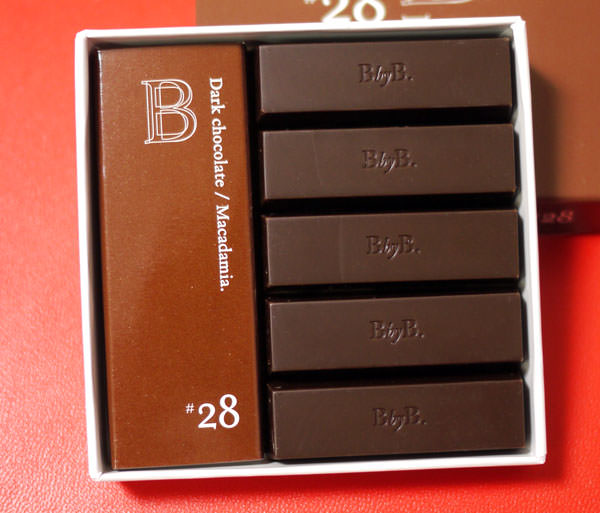 b by b ginza ダークチョコレート マカダミア 箱を開けたところ